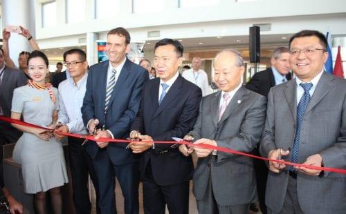  בתמונה: גוזרים את הסרט (מימין לשמאל): נספח מסחרי שגרירות סין בישראל wu bin