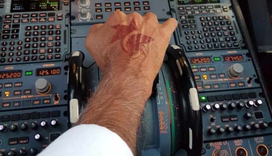 הלוגו של ישראייר על כף ידו של טייס ישראייר
