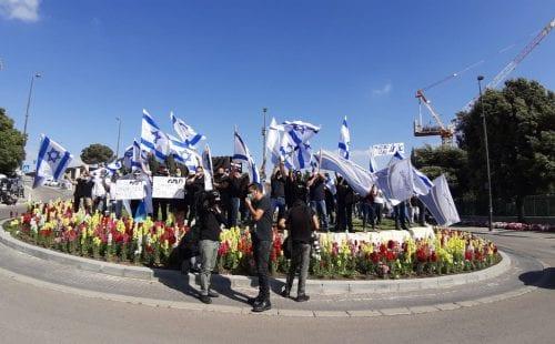 עובדי אל על מפגינים מול משרדי האוצר