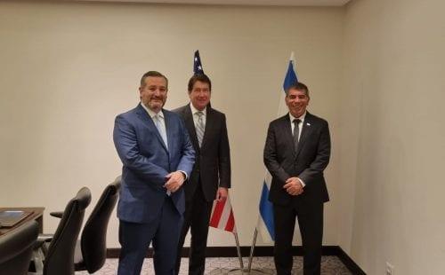 שר החוץ גבי אשכנזי עם שני הסנטורים האורחים