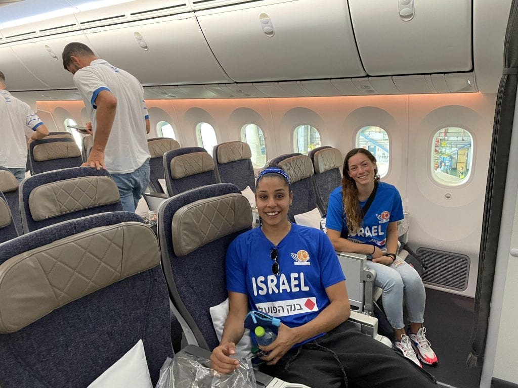 עדן רוטברג (מימין) uטל לב (משמאל), שחקניות נבחרת ישראל בכדורסל. צילום: צוות פספורטניוז