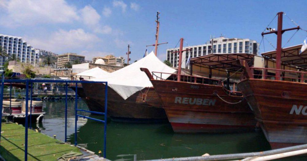 הספינות במעגן בטבריה