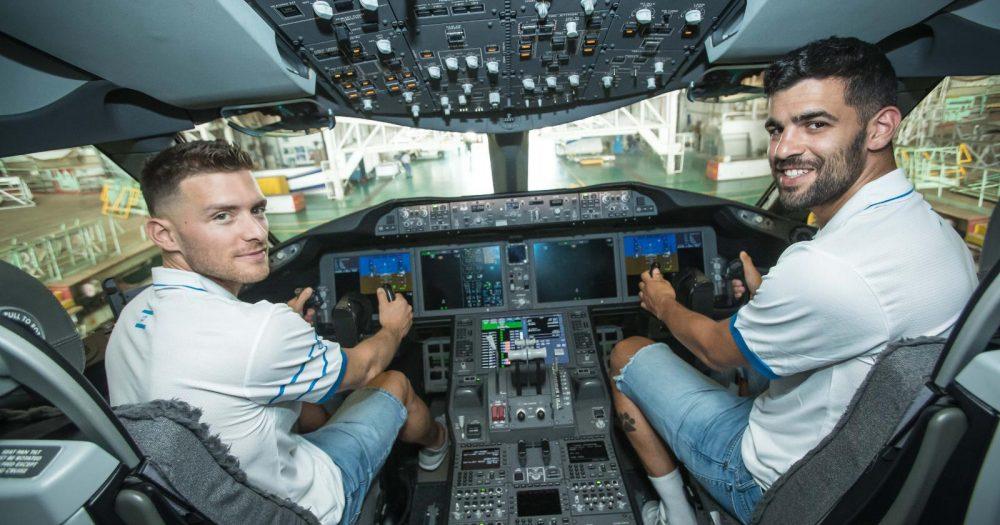תומר גינת (מימין) וגל מקל (משמאל), שחקני נבחרת ישראל במטוס אל על.